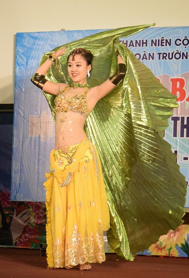 Trong cuộc thi này, Thu biểu diễn múa bụng rất điêu luyện, thu hút sự chú ý của bạn bè trong trường. Cũng từ đây, bạn bè mới thấy hết được tài năng của cô gái Hà Nội.