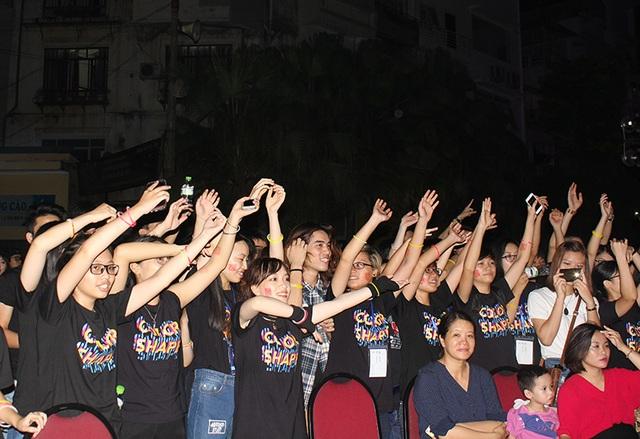 Bên dưới khán đài cuồng nhiệt theo ca từ của âm nhạc mà khách mời đem đến