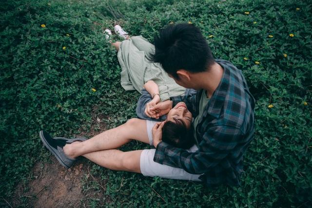 """Trang và Huy là một cặp đôi sắp kết hôn, sống ở Hà Nội. Họ đều là 8x nhưng có lối sống rất trẻ trung và đầy đam mê. Tác giả bộ ảnh, anh Hồng Nguyễn chia sẻ: """"Cái mình hướng đến là sự tự nhiên của các cặp đôi, là tình yêu, hành động thật của họ. Mình có một ngày đi chơi cùng họ và bám sát ghi lại những khoảnh khắc đó."""