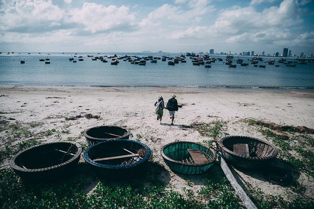 Nhiếp ảnh đã theo chân cặp đôi Trang và Duy trong suốt chuyến du lịch của hai người đến một vùng biển để thực hiện bộ phóng sự này. Sự kiên nhẫn và óc quan sát của người cầm máy đã cho ra đời những bức ảnh chân thực, khiến cho cảm xúc ảnh chạm tới trái tim người xem.