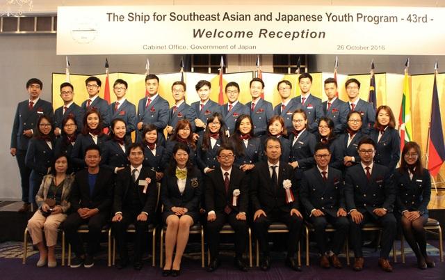 28 thành viên đoàn thanh niên Việt Nam chụp ảnh cùng với lãnh đạo Nhật Bản.
