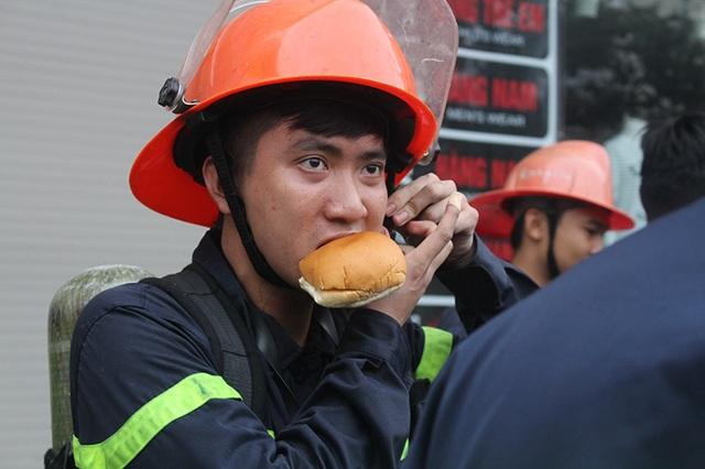 Bữa ăn vội vàng trong khi làm nhiệm vụ để tiếp thêm sức mạnh chiến đấu với giặc lửa.