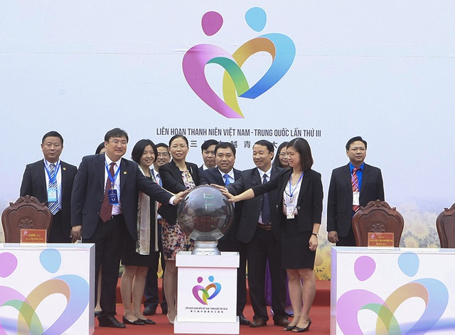 Các đại biểu cùng khởi động Liên hoan thanh niên Việt - Trung