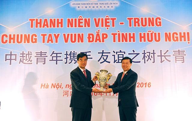 Bí thư thứ nhất T.Ư Đoàn TNCS Hồ Chí Minh Lê Quốc Phong tặng quà lưu niệm Bí thư thứ nhất T.Ư Đoàn TNCS Trung Quốc Tần Nghi Trí.