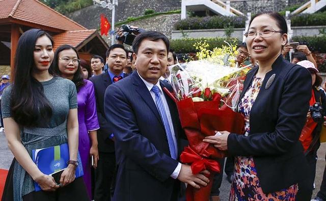 Bó hoa thể hiện tình hữu nghị giữa thanh niên hai nước.