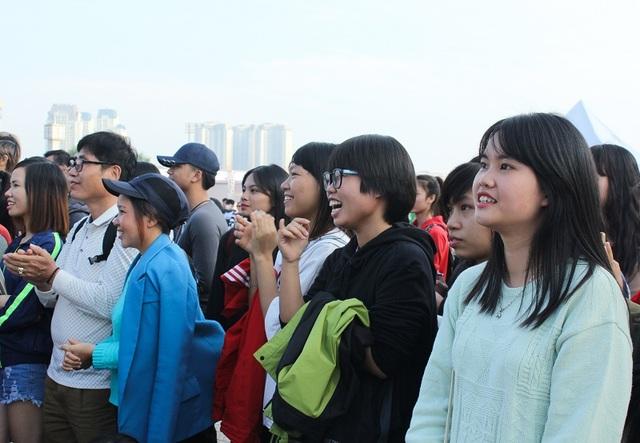 Các bạn trẻ có mặt từ rất sớm tham gia trò chơi ở lễ hội