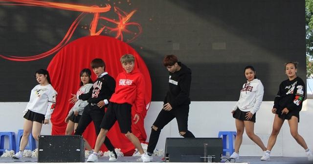 Màn nhảy không thua kém gì vũ công chuyên nghiệp của bạn trẻ tại Hà Nội