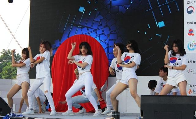 Các nhóm nhảy đều là học sinh, sinh viên Việt Nam yêu thích văn hoá Hàn Quốc, đặc biệt là Kpop.