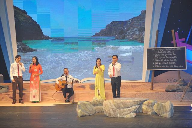 Các thầy cô giáo từ mọi miền biển đảo của Tổ quốc cùng biểu diễn văn nghệ