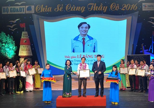 Trưởng Ban Dân vận Trung ương Trương Thị Mai và Bí thư thứ nhất Trung ương Đoàn Lê Quốc Phong trao bằng khen và kỉ niệm chương cho các thầy cô giáo tiêu biểu