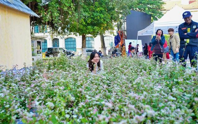 Không gian văn hóa dân tộc Mông (Hà Giang) tại Hà Nội gồm nhiều nội dung phong phú, hấp dẫn, tái hiện không gian văn hóa đồng bào dân tộc Mông ngay giữa Thủ đô bằng một loạt các hoạt động đặc sắc như khèn Mông, kèn lá, kèn môi...