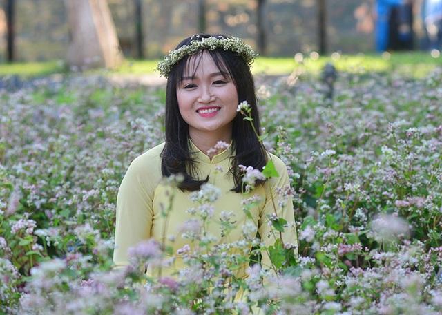 Bạn trẻ háo hức chụp ảnh với hoa tam giác mạch lần đầu khoe sắc ở Hà Nội - 8