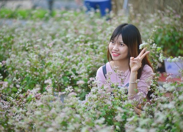 Bạn trẻ háo hức chụp ảnh với hoa tam giác mạch lần đầu khoe sắc ở Hà Nội - 7