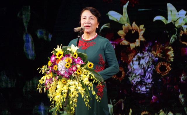 """Thứ trưởng Bộ GDĐT Nguyễn Thị Nghĩa phát biểu tại lễ trao giải chương trình """"Tri thức trẻ vì giáo dục"""" 2016"""