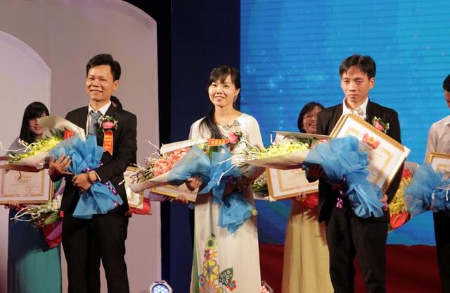 Cô giáo Lê Thị Bé Nhung cùng đại diện tác giả của hai công trình nghiên cứu khác nhận giải thưởng Tri thức trẻ vì giáo dục do Bộ GD&ĐT cùng Trung ương Đoàn TNCS HCM tổ chức