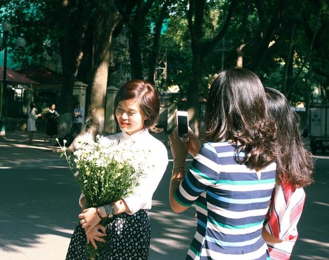 Các bạn trẻ thi nhau đọ sắc bên hoa