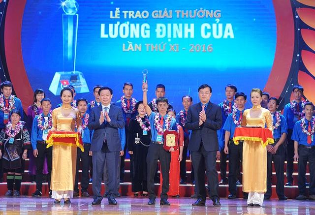 Phó Thủ tướng Vương Đình Huệ (thứ 2 từ trái sang) trao bằng khen của Thủ tướng Chính phủ cho các tấm gương thanh niên tiêu biểu
