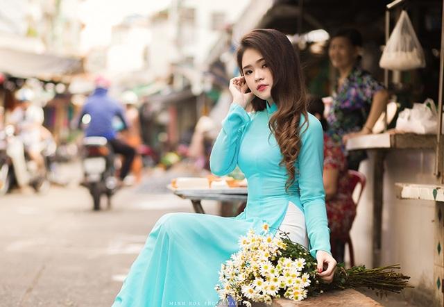 Mùa thu này, cô và nhiếp ảnh Hoàng Minh Hoá quyết định thực hiện bộ ảnh thiếu nữ mặc áo dài khoe sắc bên hoa cúc họa mi.