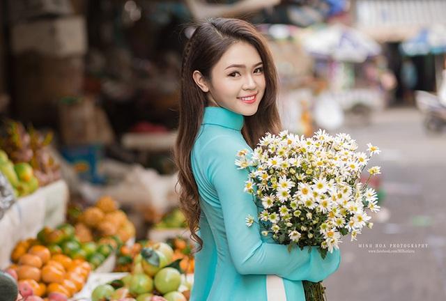 Loài hoa Hà Nội khoe sắc giữa lòng Sài Gòn. Bộ ảnh được thực hiện ở một khu chợ bình dân tại Quận 1.