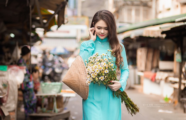Yêu thích loài hoa sinh trưởng trong mùa thu miền Bắc, nữ sinh Như Thơ và nhiếp ảnh Minh Hoá nhờ bạn mang hoa từ Hà Nội vào Sài Gòn để thực hiện bộ ảnh này.