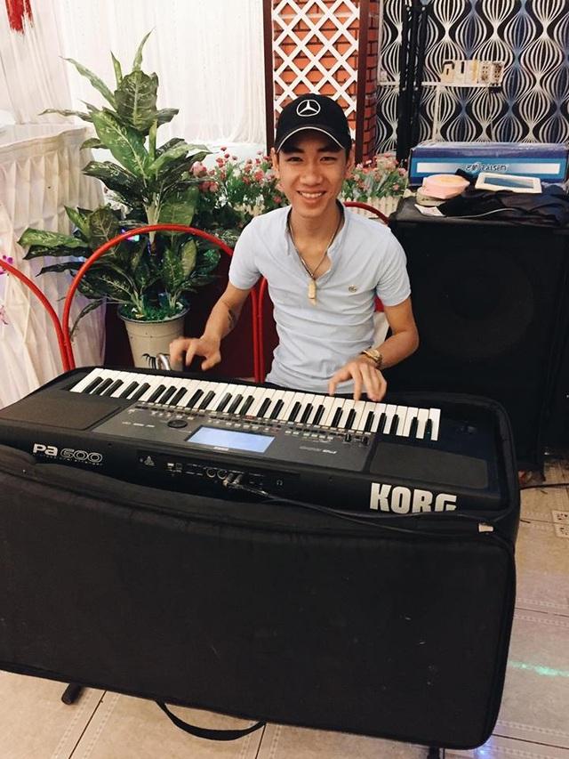 Khánh bên cây đàn organ của mình