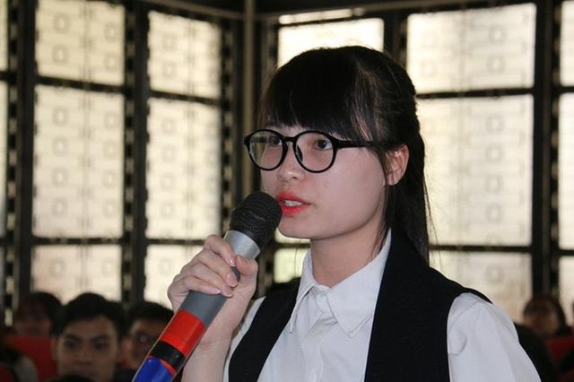 Sinh viên Phạm Thị Thanh đặt câu hỏi: Em phải học tập và làm việc như thế nào để các nhà tuyển dụng ở đây nhận em vào làm với mức lương khởi điểm 2.000 đô la/ tháng? (ảnh: Vietnamnet)