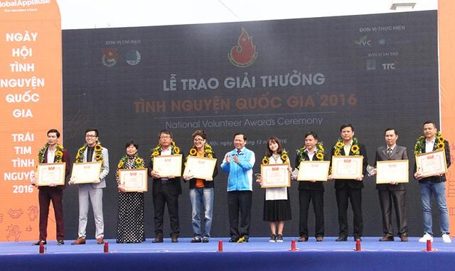 Đồng chí Nguyễn Phi Long, Bí thư Trung ương Đoàn, Chủ tịch Trung ương Hội LHTN Việt Nam tặng Bằng khen cho 10 tập thể được vinh danh tại Giải thưởng Tình nguyện quốc gia năm 2016