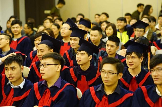 Các bạn sinh viên chuyên ngành CNTT lắng nghe các diễn giả chia sẻ kinh nghiệm.