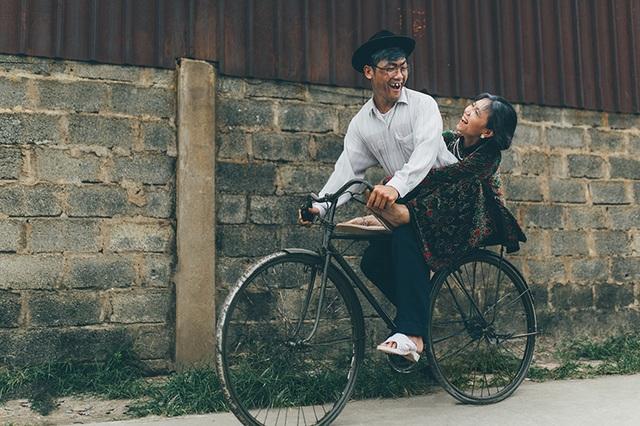 Bà ngồi trên gác-ba-ga chiếc xe đạp tróc sơn