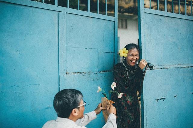 Ông mua tặng bà anh 1 đoá hoa. Và đó là món quà đầu tiên