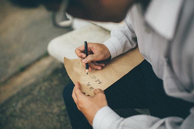 Ôi tình yêu, ngày xưa đẹp lắm con ơi. Những dòng thư tay viết vội. Những lời ngây ngô đầu môi