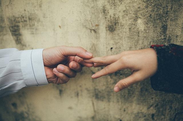 Và thời ấy, bình dị lắm con ơi. Chạm tay nhau một giây thôi là nhớ nhau cả đời