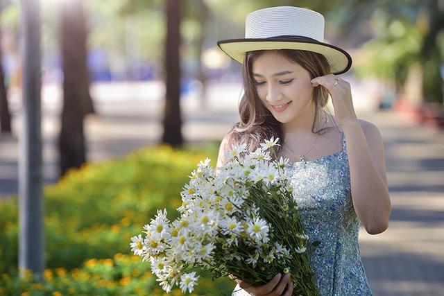 Những bông hoa cúc hoạ mi được chuyển từ Hà Nội vào Sài Gòn để tạo cảm hứng cho các nghệ sĩ.
