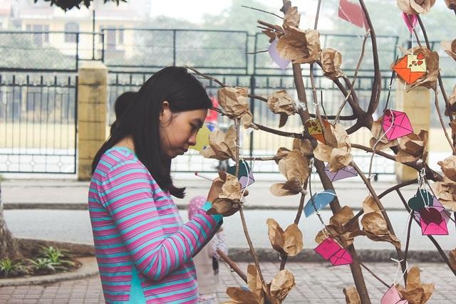 Một bạn trẻ ghi lại cảm nhận của mình trên cây cảm xúc