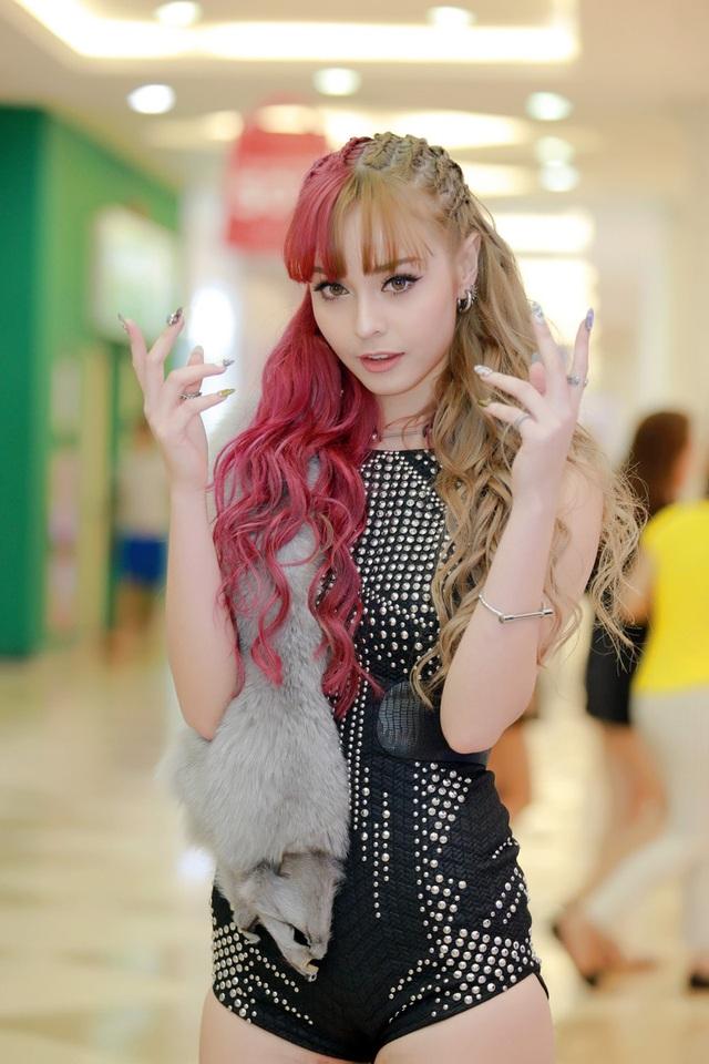 Hot girl MLee với mái tóc 2 màu kích thích thị giác