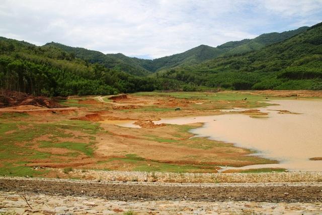 Lòng hồ Phú Thạnh (xã Hoài Hảo, huyện Hoài Nhơn, Bình Định) bị móc ruột lấy đất sét để bán