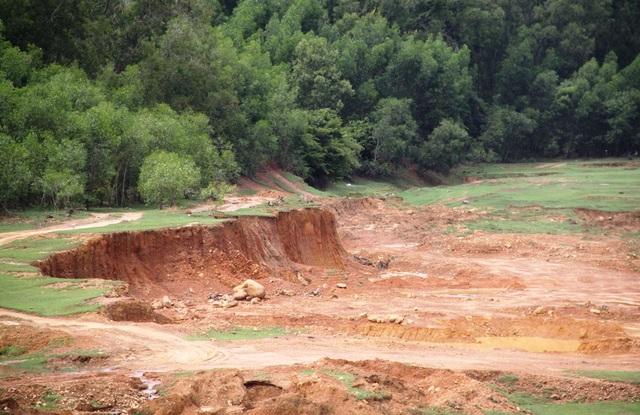 Doanh nghiệp múc đất tạo thành những vách sâu dựng đứng phía rừng phòng hộ