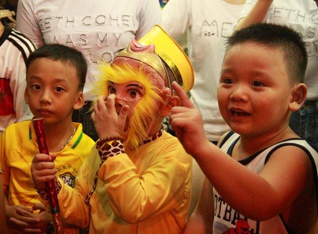 Trẻ em rất thích thú nghe tiếng trống lân và xem biểu diễn lân