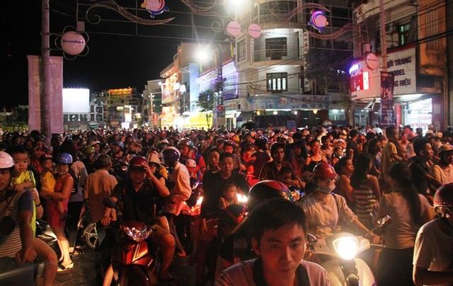 Đường Phan Bội Châu bị ách tắc do một đoàn lân biểu diễn