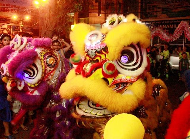 Lân sư tử nhảy nhót biểu diễn khắp đường phố rồi vào nhà các cửa hàng, doanh nghiệp để lấy lộc