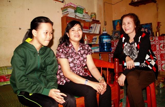 Hại chị em Sang - Sum được Hội Phụ nữ phường Quang Trung nhận đỡ đầu