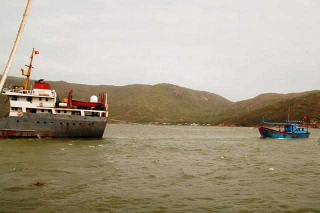 Tàu cứu hộ lai dắt tàu cá ngư dân Bình Định về đất liền an toàn (ảnh minh họa)
