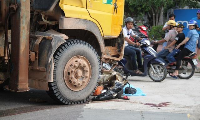 Xe máy nằm gọn dưới bánh trước xe cẩu