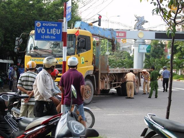 Lực lượng CSGT TP Quy Nhơn khám nghiệm hiện trường, làm rõ nguyên nhân vụ tai nạn