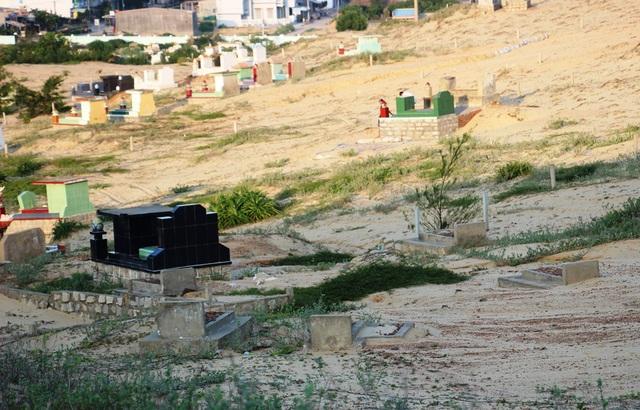 Nhiều ngôi mộ ở xã Nhơn Lý (TP Quy Nhơn, Bình Định) bị vùi trong cát