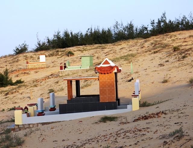 Nhiều ngôi mộ bị cát vùi lấp xung quanh