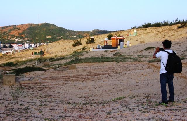 Bình Định: Người dân bất bình vi nhiều ngôi mộ bị cát vùi lấp - 4