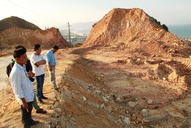 Người dân cho rằng do đơn vị thi công tuyến đường Khu du lịch Thủy liệu pháp Kỳ Co - Nhơn Lý gây sạt lở cát vùi lấp mồ mả. Tuy nhiên, đại diện đơn vị thi công cho rằng do tự nhiên gây ra