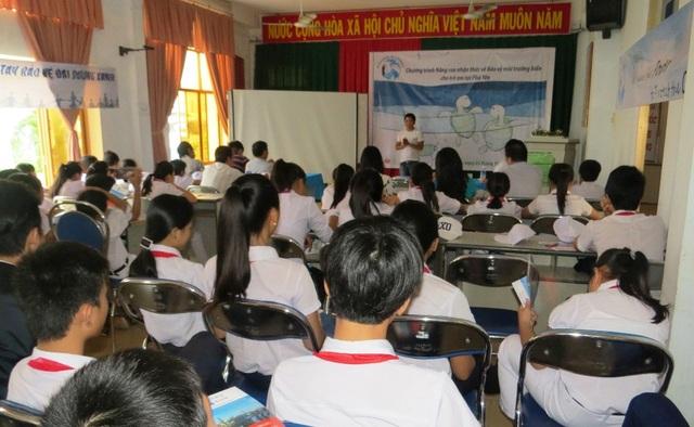 Các học sinh hào hứng tham gia đố vui có thưởng về kiến thức biển.