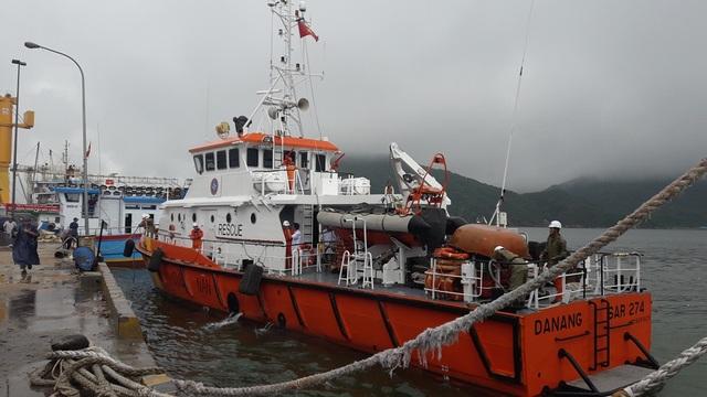 Tàu SAR 274 (thuộc Trung tâm phối hợp TKCN hàng hải Việt Nam) đã đưa ngư dân nghi bị ngộ độc khi ăn cá lạ vào đất liền để tiếp tục cấp cứu